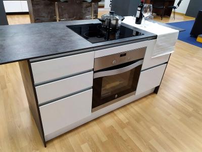 Cocina de modelo estratificado blanco brillo y laminado nogal combinado